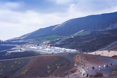 """Catania Sicilien †""""august 14, 2018: turister går till de Silvestri kraterna på Mount Etna, aktiv vulkan på ostkusten av sic arkivfoton"""