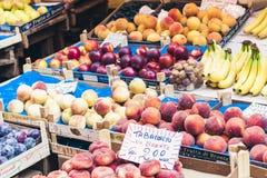 """Catania Sicilien, Italien †""""august 11, 2018: olika färgrika nya frukter i fruktmarknaden arkivfoto"""