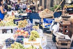 """Catania Sicilien, Italien †""""august 11, 2018: olika färgrika nya frukter i fruktmarknaden royaltyfri foto"""