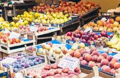 Catania Sicilien, Italien ? ?august 11, 2018: olika f?rgrika nya frukter i fruktmarknaden fotografering för bildbyråer