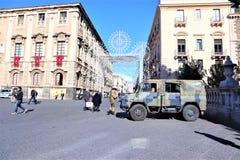 Catania - Sicilien italy JANUARI 31 2019 Milit?rfordon och soldat arkivfoto