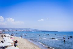 """Catania, Sicily, Włochy †""""august 15, 2018: ludzie relaksują na plażowym Lido Cled obraz royalty free"""
