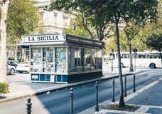 """Catania, Sicily, Włochy †""""august 14, 2018: tradycyjna architektura, dziejowa ulica z starymi budynkami z stoiskiem z gazetami zdjęcia stock"""