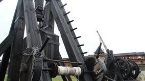 Catapulta di legno antica, arma per la rottura delle fortificazioni durante la guerra di assediamento archivi video