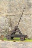 Catapulta histórica no castelo Kost fotografia de stock royalty free