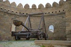 Catapulte antique sur une tour de ville Bakou, Azerbaïdjan photos libres de droits