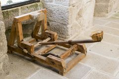 Catapulte dans un château médiéval image libre de droits