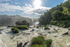 Cataratas从底部的瀑布视图与有些岩石 免版税图库摄影