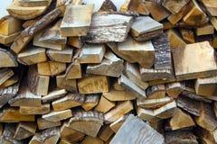 Catasta di legna con i ceppi del taglio fotografia stock