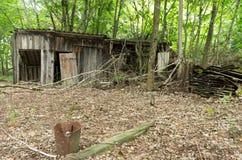 catastrophe Casa e jardins abandonados fotos de stock royalty free