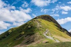 Catbells bergmaximum med blå himmel och intermittenta moln Royaltyfri Fotografi