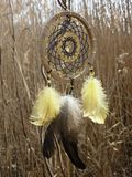 Catcher ονείρου με τα κίτρινα φτερά στο υπόβαθρο των καλάμων Ηλιοβασίλεμα Dreamcatcher, βουνά, boho-κομψό, εθνικό φυλακτό, σύμβολ στοκ φωτογραφία με δικαίωμα ελεύθερης χρήσης
