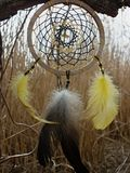 Catcher ονείρου με τα κίτρινα φτερά στο υπόβαθρο των καλάμων Ηλιοβασίλεμα Dreamcatcher, βουνά, boho-κομψό, εθνικό φυλακτό, σύμβολ στοκ εικόνες
