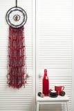 Catcher ονείρου με τα κόκκινα μαύρα νήματα Στοκ φωτογραφία με δικαίωμα ελεύθερης χρήσης