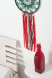 Catcher ονείρου με τις πράσινες κόκκινες δαντέλλες Στοκ Φωτογραφία