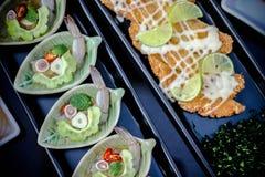 Catchu de sésame d'oignons de parmesan de viande de nourriture industrielle de pomme de terre de lard de salade de légumes d'hamb Photo libre de droits