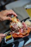 Catchu do sésamo das cebolas do queijo parmesão da carne da comida lixo da batata do bacon da salada dos vegetais do hamburguer Foto de Stock Royalty Free
