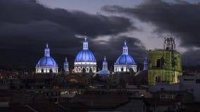 A catedral abobada no por do sol Time Lapse em Cuenca, Equador video estoque