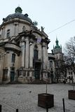 Catedral antigua Fachada de un templo antiguo en la ciudad de Lviv Ucrania 15 03 2019 imagen de archivo