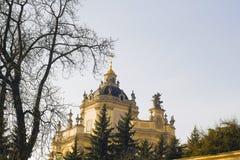 Catedral atrás das árvores, Lvov do ` s de St George, Ucrânia Foto de Stock