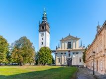 Catedral barroca del ` s de St Stephen con el campanario en el cuadrado de la catedral en Litomerice, República Checa fotografía de archivo