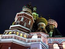 Catedral bendecida de la albahaca en la noche Fotos de archivo