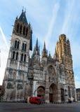Catedral bonita de Rouen no fundo do c?u azul fotografia de stock