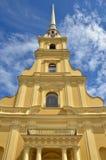 Catedral bonita que eleva-se altamente ao céu em Peter e em Paul Fortress, Rússia Fotos de Stock Royalty Free