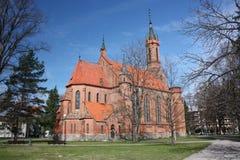 Catedral católica en el centro de ciudad. Imágenes de archivo libres de regalías