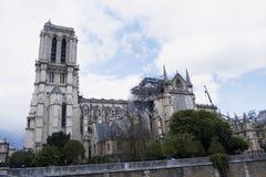 Catedral católica medieval del Notre-Dame de Paris después del fuego Trabajo de renovaci?n fotografía de archivo libre de regalías