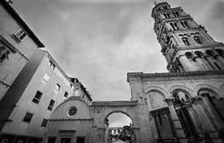 Catedral center histórica rachada com a opinião de torre de sino Local do patrimônio mundial do UNESCO do palácio de Diocletian n imagem de stock