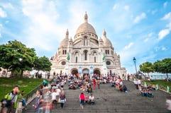 Catedral com os turistas em France, Paris, Europa. Fotografia de Stock