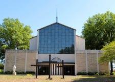 Catedral con el vitral hermoso y las cruces de madera. Fotografía de archivo