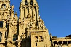 Catedral con la luz de la puesta del sol y la piedra limpia Cuadrado de Obradoiro, Santiago de Compostela, España Detalles de la  imagen de archivo