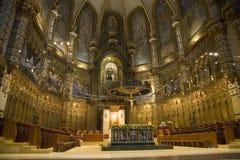 Catedral con la visión en fondo de Madonna negro en la abadía benedictina en Montserrat, Santa Maria de Montserrat, cerca de Barc Imagen de archivo libre de regalías