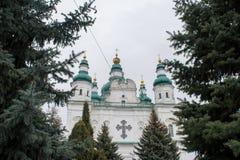 Catedral cristiana antigua blanca grande con las cruces Foto de archivo libre de regalías