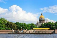 Catedral cuadrada del ` s de Isaac del santo, tiempo de verano de St Petersburg Visión desde el río Imagen de archivo libre de regalías