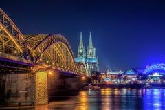 Catedral da água de Colônia e ponte de Hohenzollern iluminada na noite fotografia de stock