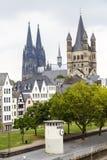 Catedral da água de Colônia e igreja de St Martin bruto na água de Colônia imagem de stock