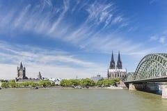 Catedral da água de Colônia e grande St Martin Church, Alemanha Fotos de Stock