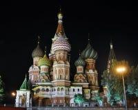 A catedral da manjericão bonita do St no quadrado vermelho foto de stock