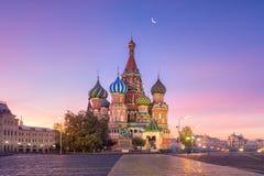 A catedral da manjericão do St com a lua no quadrado vermelho do Kremlin de Moscou imagens de stock royalty free