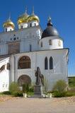 Catedral da suposição e o monumento a Seraphim Bishop de Dmitrov, Dmitrov, Rússia fotos de stock royalty free