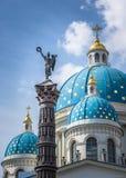 Catedral da trindade e coluna da glória, St Petersburg, Rússia imagens de stock royalty free