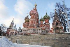 Catedral das manjericões de Saint e a torre do salvador, Moscou Imagem de Stock