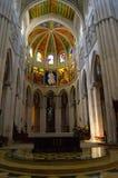 Catedral de圣玛丽亚la Real de la Almudena的法坛在马德里 免版税图库摄影