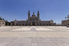 Catedral de Almudena i Madrid Spanien royaltyfri bild