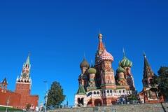 Catedral de Basil Blessed en Moscú contra el cielo azul Foto de archivo