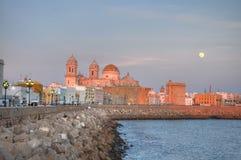 Catedral de Cádiz en la puesta del sol Foto de archivo libre de regalías