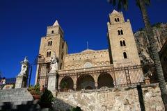 Catedral de Cefalu en el cielo del verano; Sicilia Imagen de archivo libre de regalías